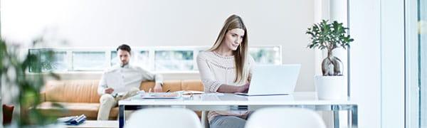 femme, assis, bureau, ordinateur portable