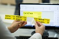Brother PT-P900W labelprinter met makkelijk te strippen labels